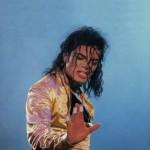 Маска на лице Майкла Джексона и лейкопластырь на кончиках пальцев