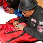Неуспели начаться продажи, как братья Майкла Джексона судятся с продавцом копий его курток